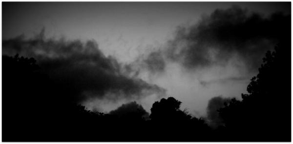 Μαύρα, άκακα σύννεφα της δύσης.